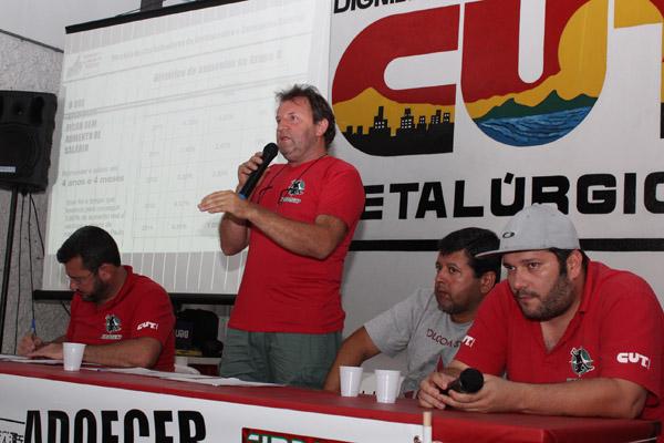 Ao microfone, o presidente interino Romeu Martins, junto ao secretário geral Herivelto - Vela e os coordenadores do CSE Gerdau, Marcos Prudente e Andé Oliveira