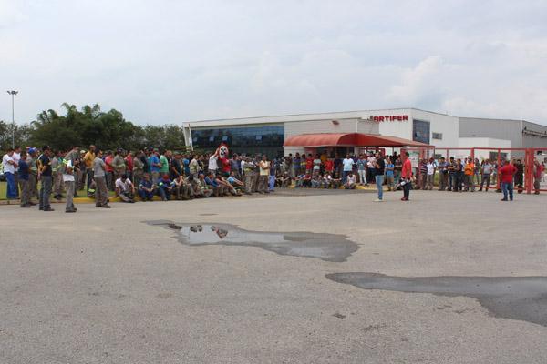Protesto dos trabalhadores cobrou pagamento de salário atrasado e o reajuste salarial estipulado pela Convenção