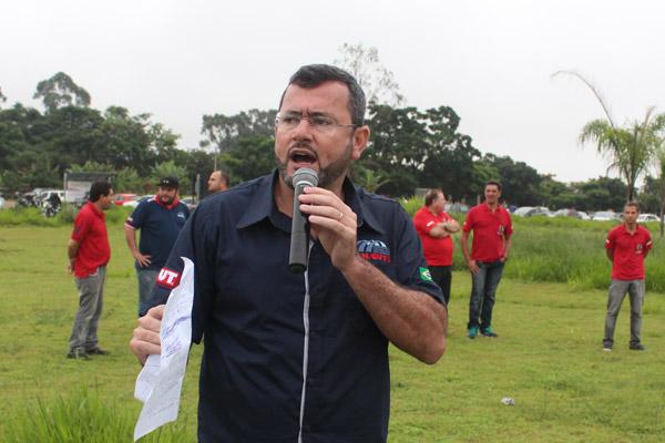 Direção do sindicato apresentando proposta após 2 meses de negociação; ao microfone, Herivelto - Vela