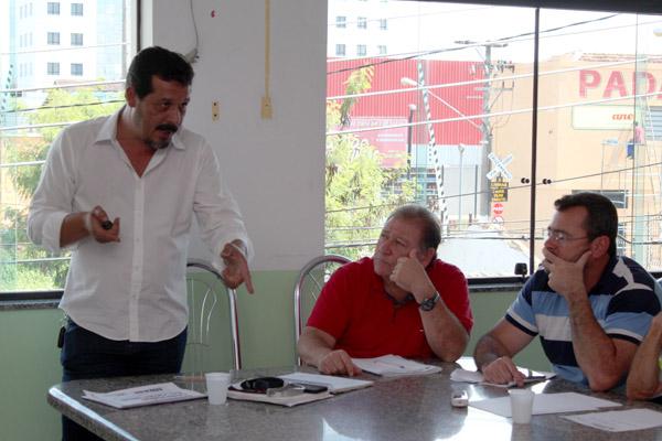 O presidente da FEM-CUT/SP, Luiz Carlos Dias – Luizão fez um balanço da Campanha Salarial; ao seu lado Renato Mamão e Herivelto Vela