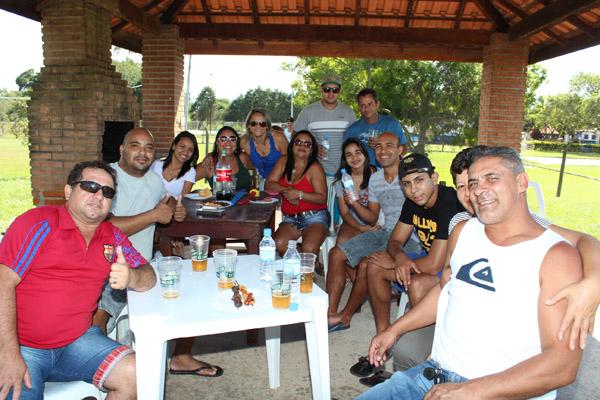 Carlos José junto a amigos e familiares durante comemoração pelo Dia do Trabalhador, no Grêmio da Gerdau