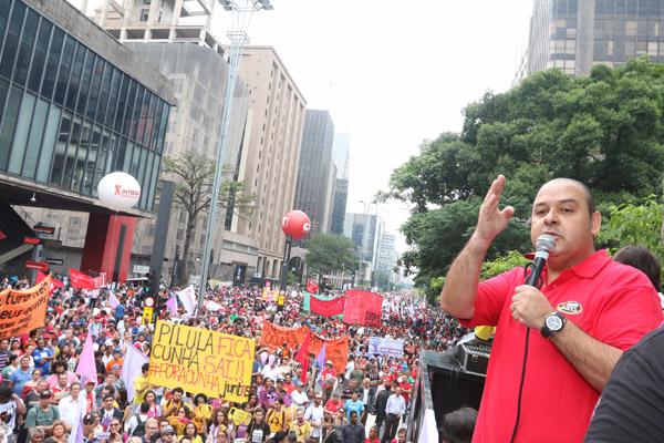 Vagner Freitas durante protesto na Avenida Paulista, pela Frente Povo Sem Medo, que uniu movimentos sociais na luta contra Cunha e ajuste fiscal (foto Roberto Parizotti)