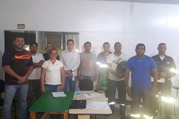 Herivelto Vela junto os novos membros da Cipa e equipe de segurança da fábrica (foto Divulgação)