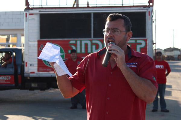 O secretário geral do sindicato, Herivelto Vela, que há meses tem cobrado atitude por parte da empresa