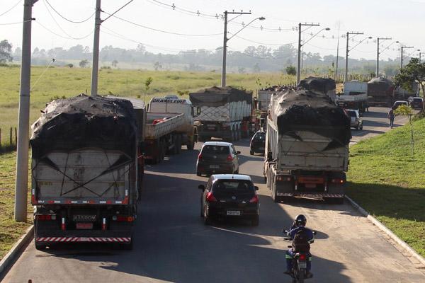 No tempo que o sindicato ficou na portaria, vários caminhões foram levar sucata e carregar material