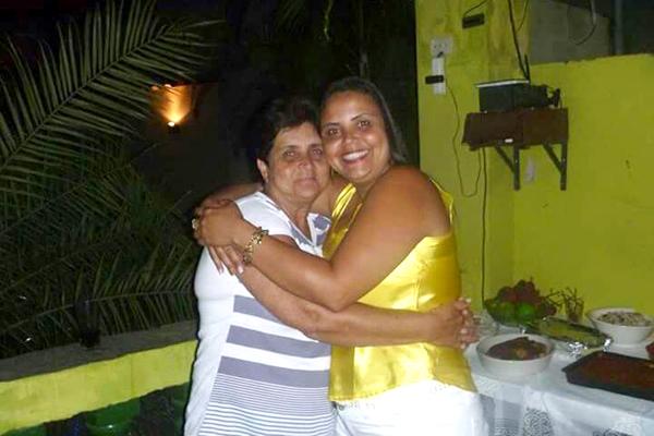 A sogra de Carlos, D. Ivete, junto a esposa dele, Jackeline Santos (foto arquivo familiar)
