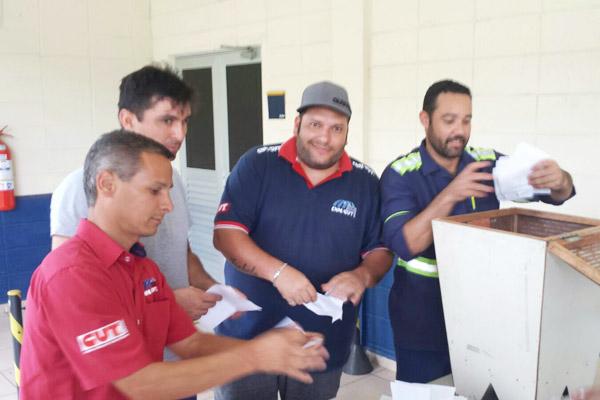 Direção do sindicato fez questão de rasgar os votos para garantir que o processo fosse reiniciado (foto Divulgação)