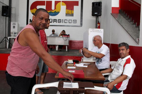 Carlos Henrique, de férias, e José Anderson, afastado – ambos são da Tenaris Coating e foram ao sindicato exercer seu direito de votar