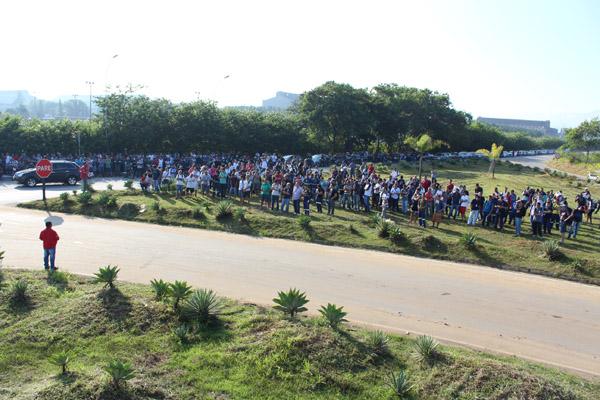 Trabalhadores atrasaram a entrada dos turnos em protesto aos abusos que vem sendo cometidos pela chefia no chão de fábrica