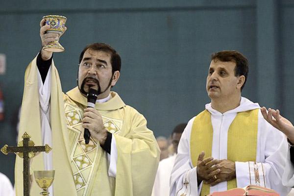 À esquerda, o padre Victor Hugo durante a festa de Corpus Christi do ano passado (Foto: Luis Claudio Antunes/PortalR3)