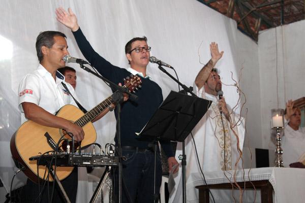 No violão, o dirigente sindical Marcinho, da Gerdau, um dos organizadores da Missa do Trabalhador