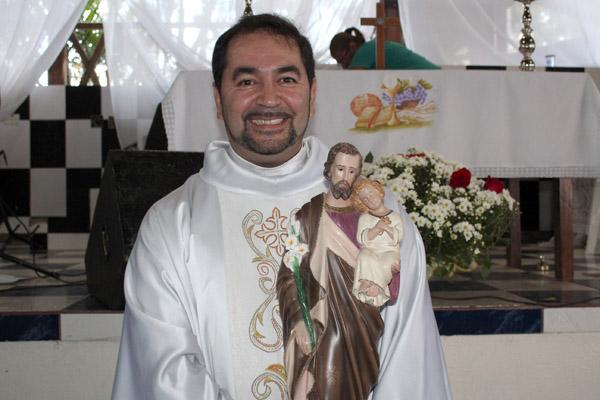 O padre Victor Hugo deu uma bênção especial aos trabalhadores pelo dia de São José Operário