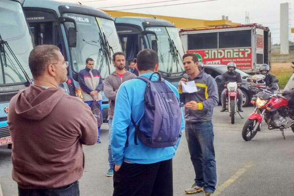 Ao microfone, o dirigente sindical Sérgio da Silva, ao lado de Odirley Prado (foto Marcelo - Pepeo)