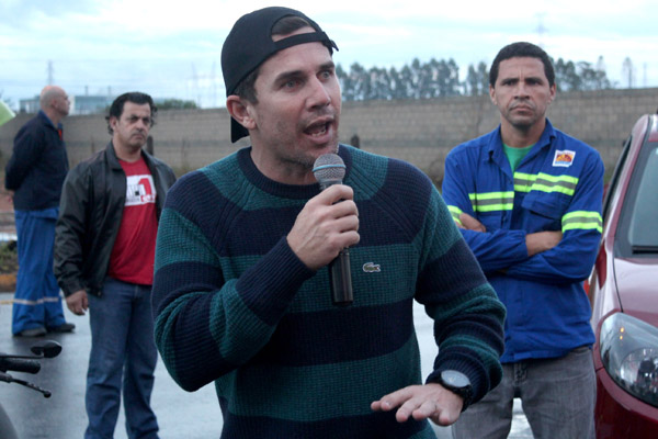 Ao microfone, o secretário de Finanças, Sérgio da Silva, sindicalista na Novelis