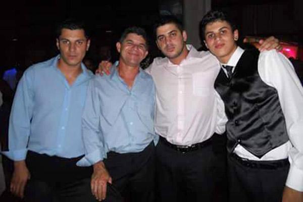 Herynton, com o pai, Boanésio Arruda, e os irmãos Jeverton e Brendon, em uma formatura do Brendon (foto Arquivo da família)