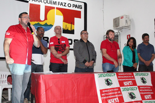 Ao microfone, o presidente Herivelto Vela, junto a representantes de Pinda e da FEM-CUT/SP