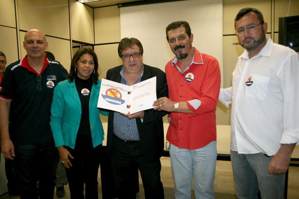 Dirigentes de Pinda junto com Luizão, presidente da FEM-CUT/SP, entregando pauta ao sindicato patronal do Grupo 8 (foto Marina Selerges)