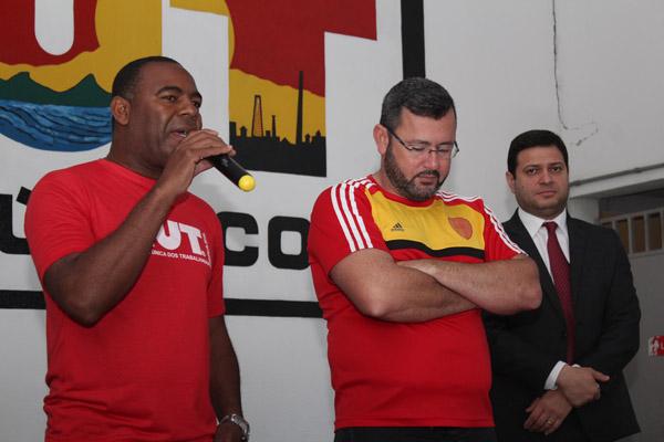 O dirigente sindical Valdir, o presidente Herivelto Vela e o advogado trabalhista Alison Montoani