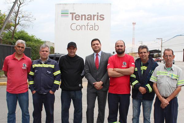 João Batista Escóssia, durante sua reintegração na Confab Tubos, junto a dirigentes e o advogado do sindicato