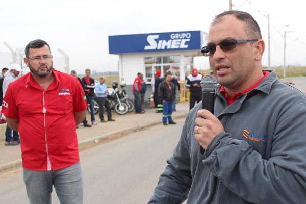 Ao microfone, o dirigente sindical Paceli Alves, ao lado do presidente Herivelto Vela