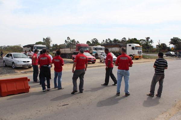 No período da tarde, todos os trabalhadores também voltaram para suas casas; os caminhões que iriam entregar sucata ou carregar material já não entram na empresa