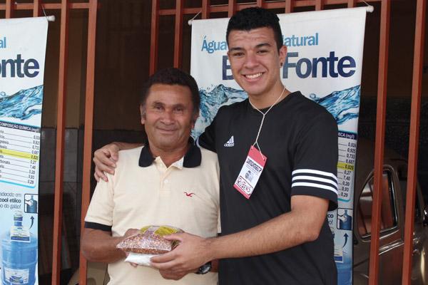 Voluntário da Casa do Caminho durante a campanha Natal Solidário do ano passado