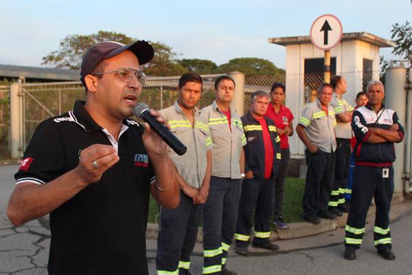 Ao microfone, o secretário geral Luciano da Silva - Tremembé