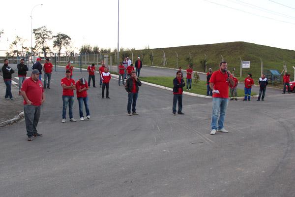 Ao microfone, o presidente Vela junto à direção do sindicato