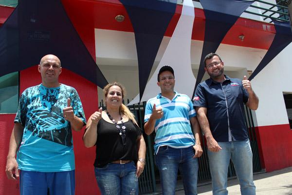 Pepeo, Márcia Souza - uma das organizadoras do evento, Luciano Tremembé e Herivelto Vela, em frente à fachada decorada para o Novembro Azul