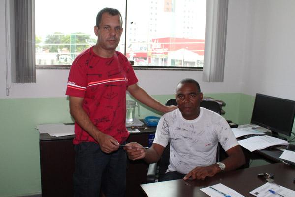 Enoque José Lira, que era mecânico na Harsco, recebe pagamento das mãos do sindicalista Valdir Augusto