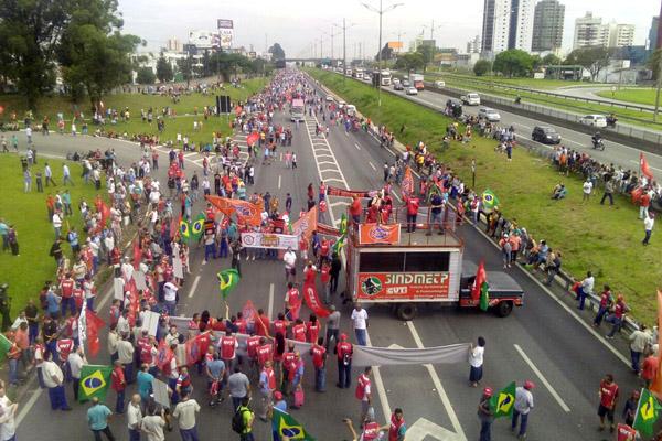 Caminhão do sindicato de Pinda durante o início do protesto na via Anchieta (foto André Luis de Paula - Dezão)