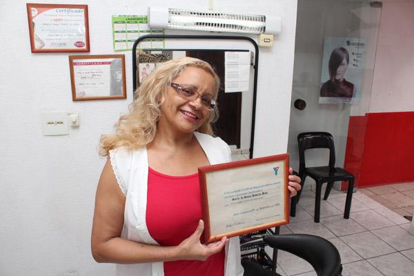 Soely mostra certificado de 1995 com orgulho; pra ela, experiência é tudo