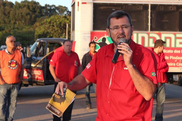 Ao microfone, o presidente Herivelto Vela em um dos vários protestos feitos contra as reformas do governo Temer