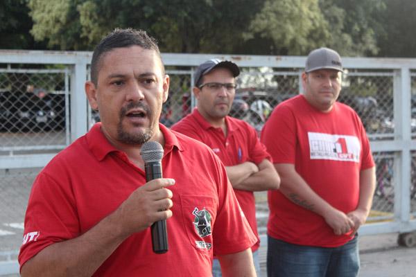Ao microfone, o dirigente sindical Anderson Lopes
