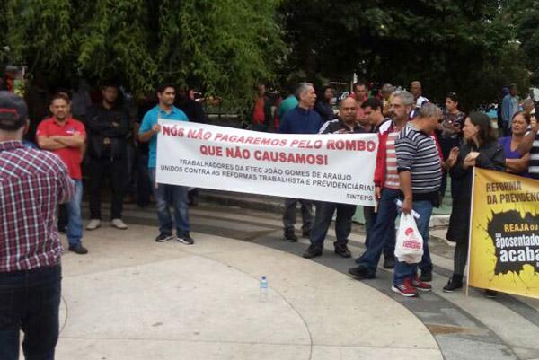 Grupos de sindicalistas somou-se à manifestação dos comerciários na praça Monsenhor Marcondes, ainda pela manhã