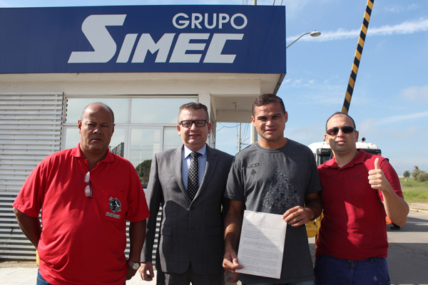 José Ivan, com a ordem judicial nas mãos, junto ao sindicalista Ronaldo Cardoso, o advogado Marcos Gonçalves e o sindicalista da GV, Paceli Alves