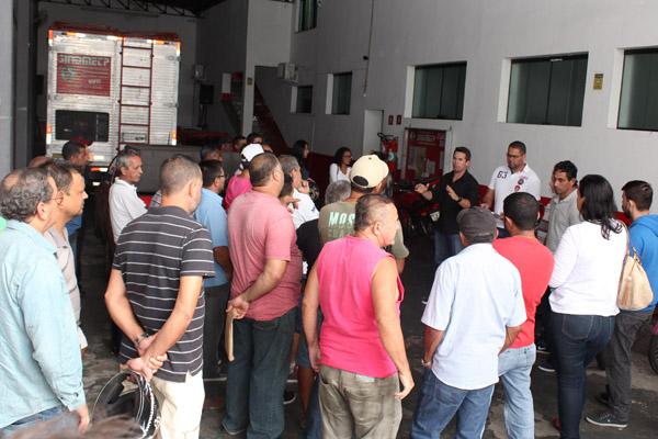 Trabalhadores reunidos na sede do sindicato para receber da empresa uma parcela das rescisões
