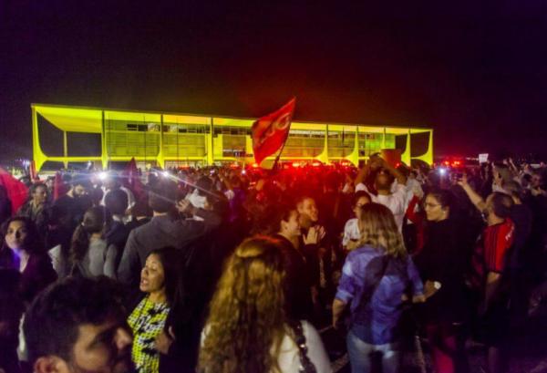 Na Praça dos Três Poderes, em Brasília, na quarta (17), manifestação também pede Fora Temer.