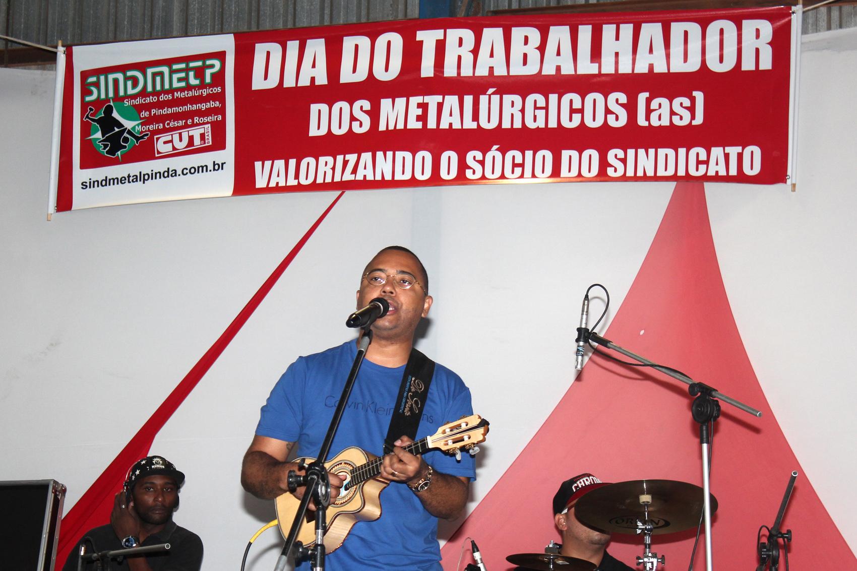 Dudu Nobre cantou clássicos como A Grande Família, Goiabada Cascão, Tempo de Dom-Dom e vários outros