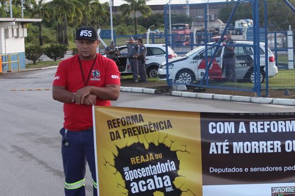 Nilsão, dirigente sindical na aciaria, em um dos protestos na portaria da Gerdau