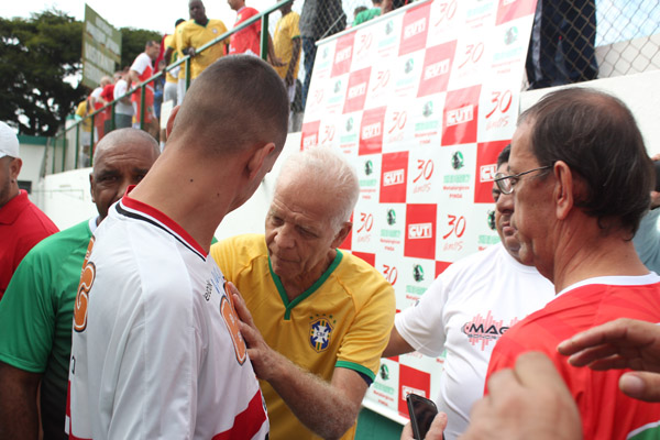 Ademir da Guia, maior ídolo da história do Palmeiras, autografou fãs de todos os times