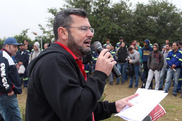 Ao microfone, o presidente do sindicato, Herivelto Vela, durante mobilização da Campanha Salarial na Gerdau