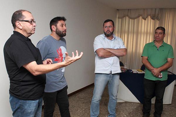 Encontro reuniu outras centrais também. Na foto, Loricardo, Anderson - Sorriso, coordenador da Rede Nacional de Trabalhadores da Gerdau, Vela e Nivaldo Patrício, dirigente do Sind. Metalúrgicos de São Paulo, que representou o presidente da CNTM, Miguel Torres (Força Sindical)