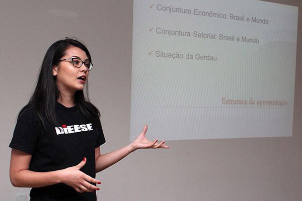 A economista do Dieese, Cristiane Ganaka, apresentou uma análise de conjuntura do ponto de vista econômico
