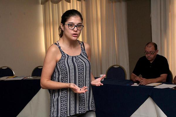 A assessora da CNM/CUT, Renata Gnoli, organiza o trabalho em rede, tanto da Gerdau quanto de outras multinacionais