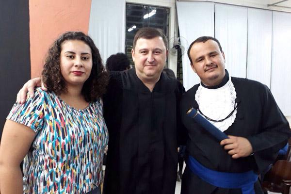 Ane Caroline, o professor Sérgio Montoro e Lucas da Silva