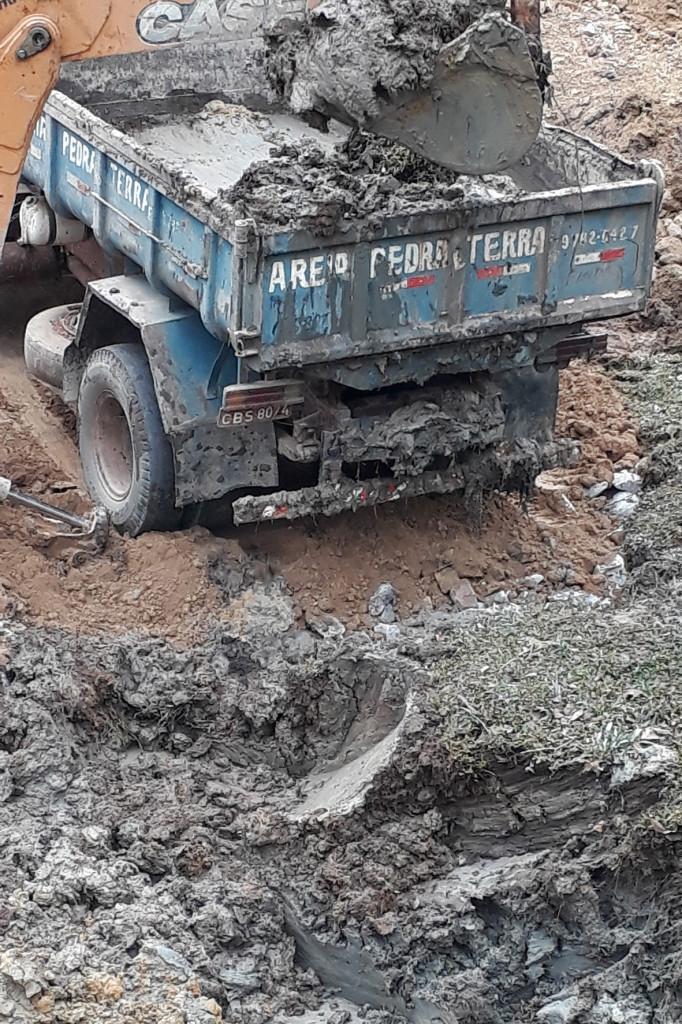 Retirada de terra úmida antes de jogar a pedra para fazer o aterramento
