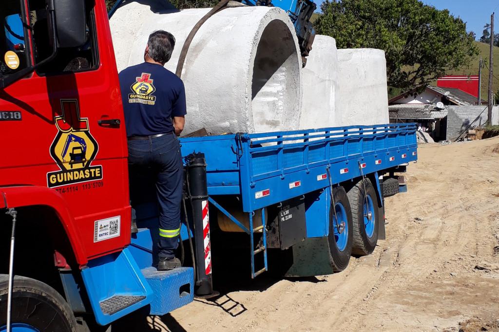 Grandes tubos de concreto foram instalados para suportar volume da chuva