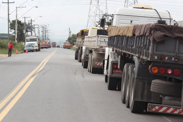 Caminhões dos dois lados da pista que iriam carregar material nessa segunda-feira
