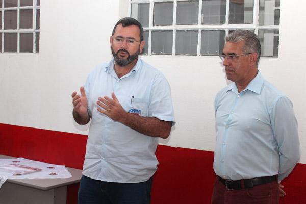 O presidente Herivelto Vela ao lado do professor Carlos Alberto de Souza, durante a formatura